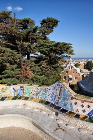 trencadis: Bench Serpentina con Trencadis mosaico en el Parque G�ell de Antoni Gaud� en Barcelona, ??Catalu�a, Espa�a. Editorial