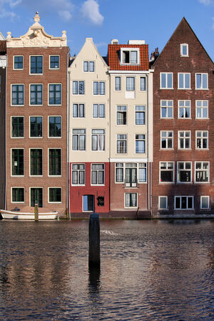 rij huizen: Dutch style historic canal row houses in Amsterdam, Netherlands.