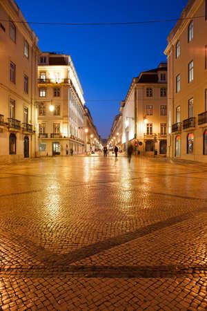 augusta: Calle peatonal Rua Augusta en la noche, la ciudad de Lisboa, Portugal.