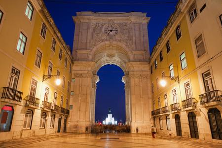 augusta: Arco de Rua Augusta y la calle por la noche en Lisboa, Portugal.