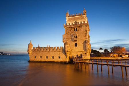 torre: Belem Tower (Portuguese: Torre de Belem) on the Tagus river illuminated at dusk in Lisbon, Portugal.