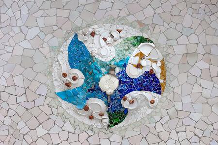 trencadis: Trencad�s mosaico de fragmentos de baldosas rotas en el techo de la Sala Hip�stila en el parque G�ell, Barcelona, ??Catalu�a, Espa�a.