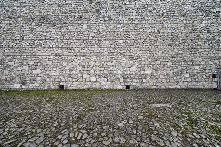 empedrado: Castillo medieval y antecedentes plaza adoquinada, hecha de piedra en el siglo 14.