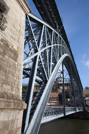 dom: Dom Luis I pont en arc métallique sur la rivière Douro à Porto, Portugal. Banque d'images