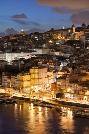 Ville de Porto au Portugal pendant la nuit. La vieille ville par le fleuve Douro.