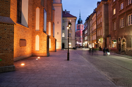City of Warsaw in Poland by night, Old Town, view from Swietojanska street towards Royal Castle. Banque d'images