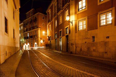 empedrado: Ciudad de Lisboa en Portugal por la noche, la calle Largo Santa Luzia con la famosa ruta del tranvía 28