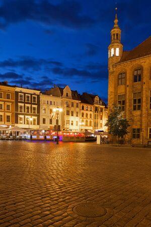 torun: Night in Old Town of Torun in Poland, Rynek Staromiejski square, historic city centre