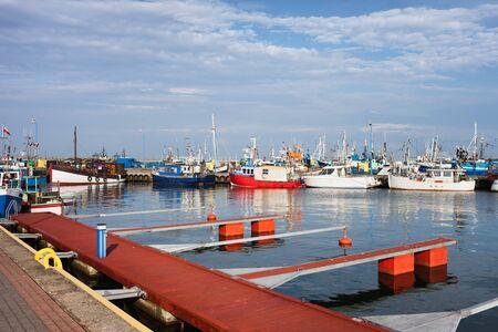 Hafen in Wladyslawowo, Kurort an der Ostsee in Polen, Fischerboote, Trawler und Pier für Yachten und Segelboote