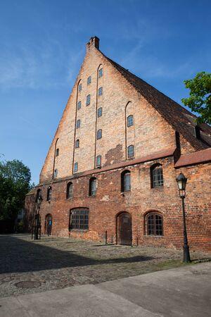 Wielki Młyn (Wielki Młyn) w Gdańsku, Polska, Europa, zbudowany przez Krzyżaków w 1350, historyczny zabytek miasta, średniowieczna ceglana struktura