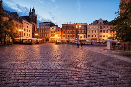 anochecer: Ciudad de Torun, en Polonia, adoquinado, la plaza del mercado del casco antiguo medieval de la tarde