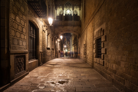 carrer: Spain, Barcelona, Gothic Quarter - Barri Gotic by night, bridge crossing Carrer del Bisbe street, city landmark Stock Photo