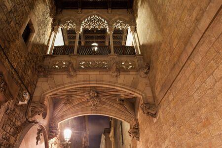 carrer: Spain, Barcelona, Barri Gotic, bridge on Carrer del Bisbe street at night