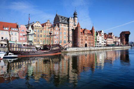 Miasto Gdańska w Polsce, panorama Starego Miasta, widok na rzekę.