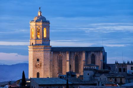 スペイン、ジローナ大聖堂 (聖マリア、カテドラル ・ デ ・ サンタ・マリア ・ デ ・ ジローナ) 夕暮れ、街のランドマークに。