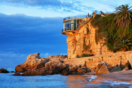 España, la ciudad de Nerja en la Costa del Sol, Balcón de Europa al amanecer, costa del Mar Mediterráneo, región de Andalucía. Foto de archivo - 75809818