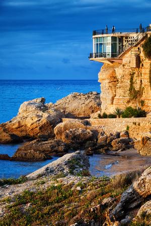 España, Costa del Sol, Balcón de Europa al amanecer en la ciudad de Nerja, costa del Mar Mediterráneo, región de Andalucía. Foto de archivo - 75860163