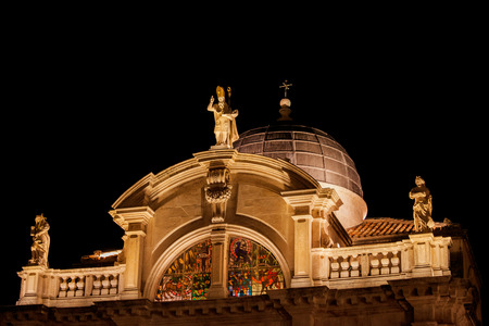 Church of St. Blaise at night in Dubrovnik, Croatia, Baroque architecture from 1715, cupola, semicircular gable with three statues, Saint Blaise (middle) and personifications of Faith and Hope. 免版税图像