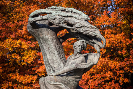 Chopin monument against autumn trees in Lazienki Park in Warsaw, Poland, bronze statue of Polish composer and pianist Frederic Chopin designed in 1907 by Wacław Szymanowski. Standard-Bild