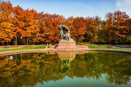 Chopin-Denkmal im Herbst-Lazienki-Park in Warschau, Polen, Bronzestatue des polnischen Komponisten und Pianisten Frederic Chopin, entworfen im Jahr 1907.