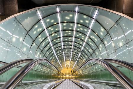 Abstrakte moderne Architektur der Metro-Rolltreppe in Warschau, Polen, zeitgenössische Form der beweglichen Treppe des öffentlichen Verkehrs, Fluchtpunktperspektive.