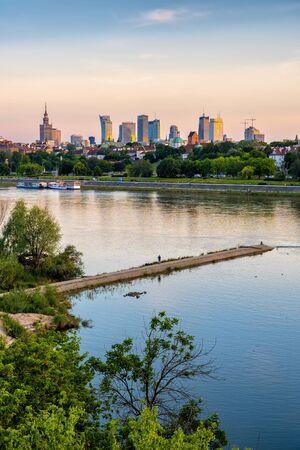 Blick auf die Stadt Warschau bei Sonnenuntergang in Polen.