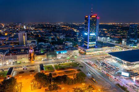 Warschauer Stadtbild in Polen, Luftbild nachts der polnischen Hauptstadt, Hauptbahnhof rechts.