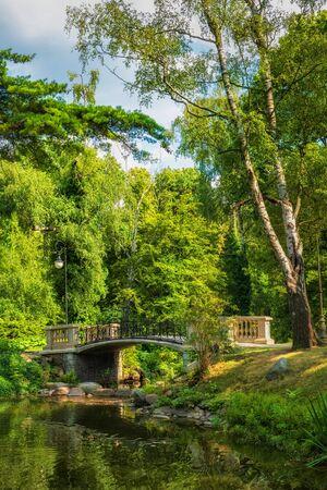 Bridge on a canal by the lake in Ujazdow Park (Polish: Park Ujazdowski), city of Warsaw in Poland. 免版税图像