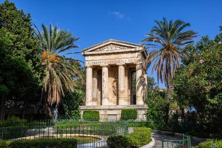 Lower Barrakka Gardens in Valletta, Malta, Stadtgarten mit Brunnen und Denkmal für Sir Alexander Ball aus dem Jahr 1810. Standard-Bild