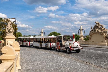 Varsovie, Pologne - 13 août 2019 : Touristes en visite guidée dans la vieille ville Mini Train sur le viaduc Stanislaw Markiewicz