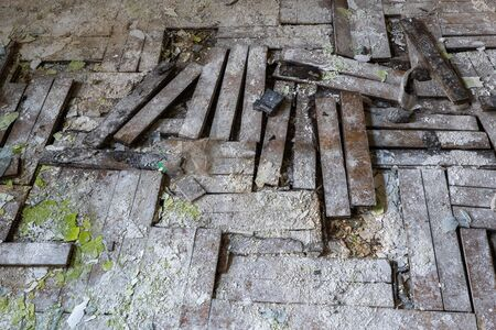 Old damaged floor in an abandoned building room, very dirty wooden floorboard, wood parquet flooring with large planks 版權商用圖片