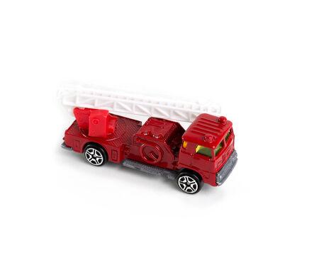 camion pompier: feu rouge camion jouet sur fond blanc
