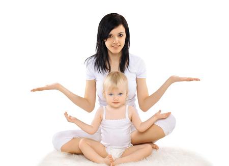 position d amour: Maman et b�b� faire de l'exercice, la gymnastique, le yoga, fitness et sant� - notion