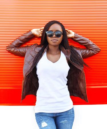 빨간색 배경 위에 도시에서 아름다운 아프리카 여자