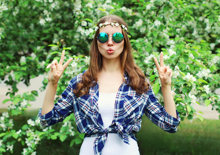 mujer hippie: Mujer de la manera fresca del hippie que se divierte en un jardín de flores