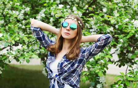 mujer hippie: hippie de la mujer retrato de la moda en el jardín floreciente de la primavera Foto de archivo