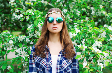 mujer hippie: Fashion portrait hippie woman in a flowering garden