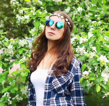 mujer hippie: Retrato de la manera de la mujer del hippie en un jardín de flores Foto de archivo