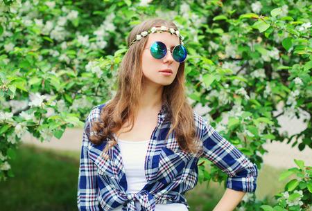 mujer hippie: Retrato de la manera de la mujer del hippie en el jard�n de flores Foto de archivo