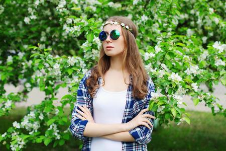mujer hippie: hippie de la mujer retrato de la moda en un jardín de flores de primavera Foto de archivo