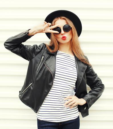 Mode hübsche junge Frau Modell mit roten Lippen in schwarzen Rock-Stil posiert auf weißem Hintergrund Standard-Bild - 64403200