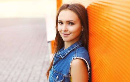 Close up summer portrait of attractive young woman in the city Stok Fotoğraf - 155470557