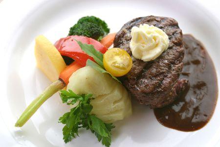 으깬: 8 oz tenderloin steak dinner with an accompaniment of mashed potatoes, tomatoes, broccoli and butter. Shallow DOF. 스톡 사진