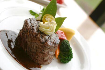 accompagnement: d�ner de bifteck de filet de 8 onces avec un accompagnement de pur�e de pommes de terre, des tomates, du broccoli et du beurre. DOF Peu profond.