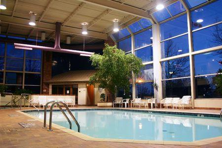 屋内温水スイミング プールのショット