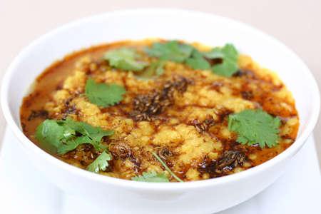 lentejas: Tradicional india plato de lentejas. Fritos lentejas, adornado con comino y hojas de menta. Someras DOF.  Foto de archivo