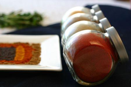 インドのスパイスの瓶を含むガラムマサラ グランド赤唐辛子、クミン、ターメリック。