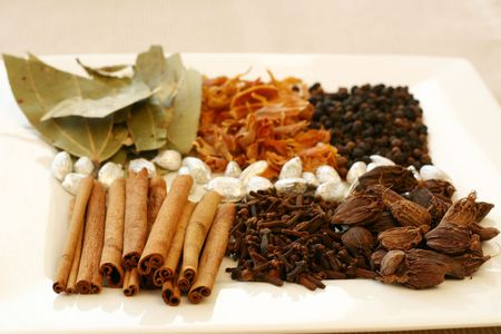 香り、風味豊かなスパイス - 月桂樹の葉、メイス、胡椒、黒胡椒、銀カルダモン ・ ポッド、クローブ、シナモンの品揃え。トレイの前面に焦点を当
