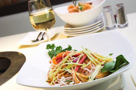 vermicelli: Ex�ticos ensalada hecha con fideos, mango verde, pepino, frito taro y cebolla verde. Adornado con perejil y menta. Servido con vino blanco.