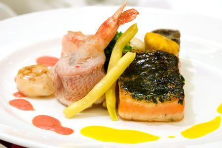 chuparse los dedos: Pargo rojo al vapor con camarones. Filete de salm�n con costra de hierbas finas y las vieiras. Timbale carne de cangrejo servido con verduras y salsa de langosta.